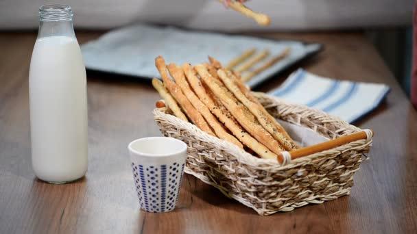 Celozrnný domácí grissini. Tradiční italské občerstvení.