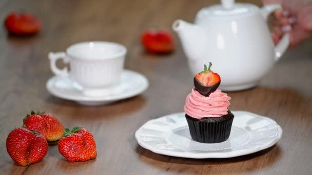 Čokoládové cupcakes s jahodovým krémem