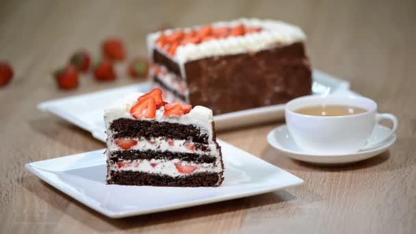 čokoládový dort s jahodami na bílém pozadí