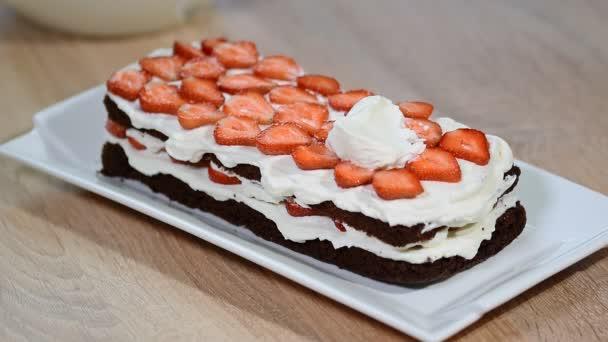Připravit čokoládový dort s jahodami.