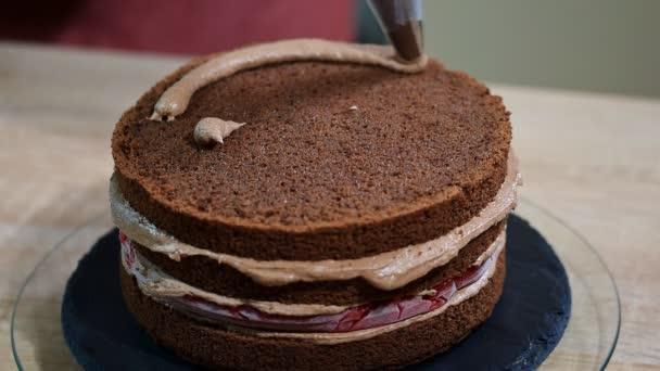 K nepoznání ženské pečivo kuchař Mačkací čokoládový krém na dort chutná vrstva v kuchyni
