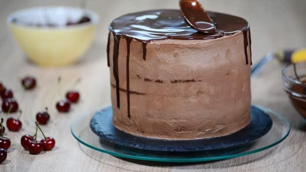 Cukrář Lije čokoláda na dort