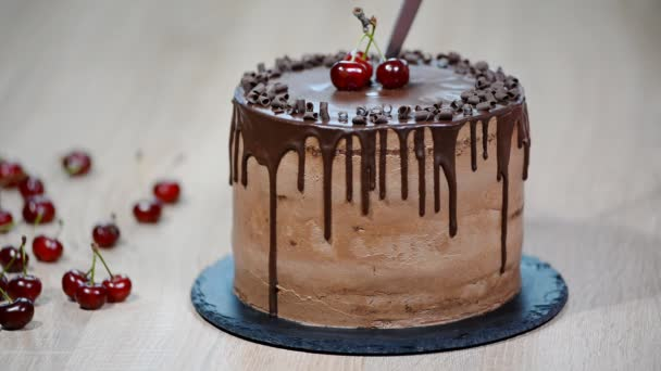 Vágás a csokoládé torta. Csokoládétorta, cseresznye.