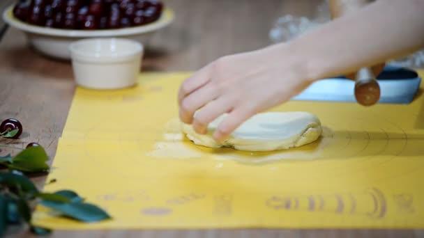Mujer Manos Estirar La Masa Sobre La Mesa De La Cocina Para Hacer