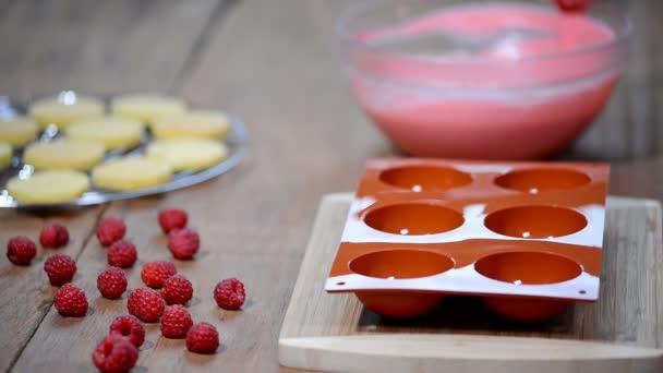 Příprava chutné mousse dort. Francouzské mousse dorty s mirror glaze. Moderní evropské dezert.