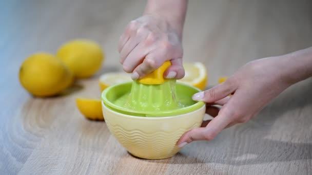 Mačkání citrónové šťávy