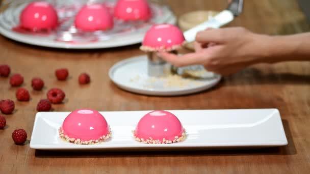 Francouzský malinový pěna dort s polevou růžové zrcadlo.