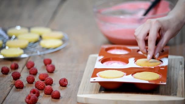 Ízletes mousse torta elkészítése. Francia süteményeket mirror glaze mousse. Modern európai desszert.