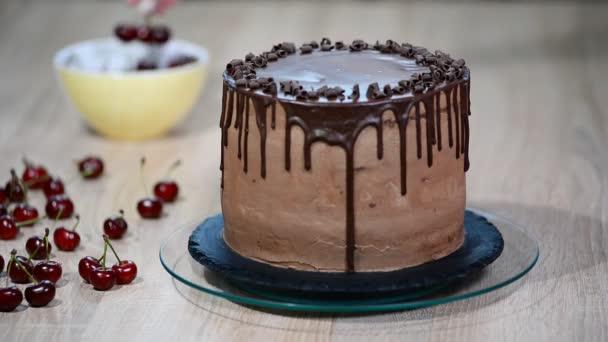Čokoládový dort s višněmi a čokoládovou smetanou