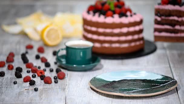 Stück Schokoladenkuchen mit Zuckerguss und frischen Beeren.
