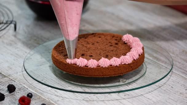 Vorbereitung Herstellung Von Schokolade Kuchen Mit Beeren Womans