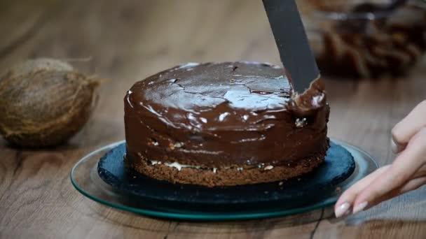 Dort čokoládový ganache. Kuchaři ruční rozprostření čokoládový ganache Mžurka torte.