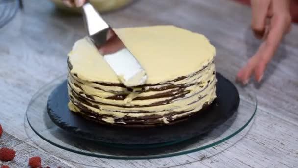 Csokoládé réteg mézeskalács Medovik. Szakmai cukrászda, hogy a finom sütemény.