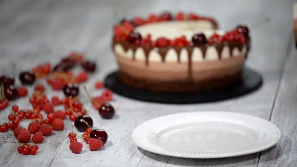 Három finom csokoládé mousse torta darab díszített friss bogyó.