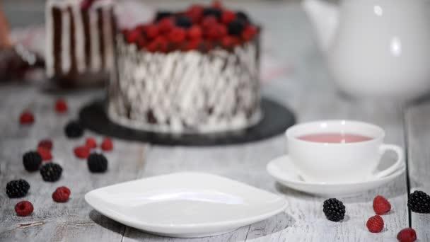 Moderní rustikální vertikální roll vysoký dort s čokoládou, vanilkový krém a bobule.
