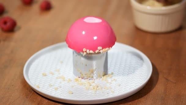 Francouzský malinový pěna dort s polevou růžové zrcadlo. Ozdobte dort s ořechy