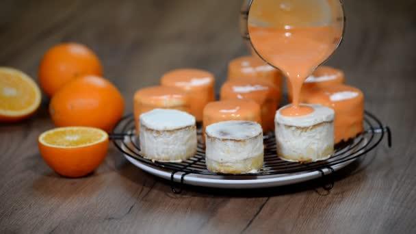 Pomerančový dort s mirror glaze. Cukrářský výrobek.