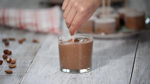 Díky mini mousse dort s čokoládovou polevou. Moderní evropské pečivo moučník.