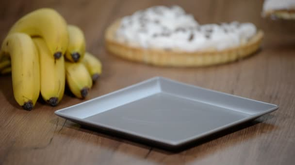 Bananenkuchen im Teller auf Holztischhintergrund. leckerer Bananenkuchen auf dem Tisch.
