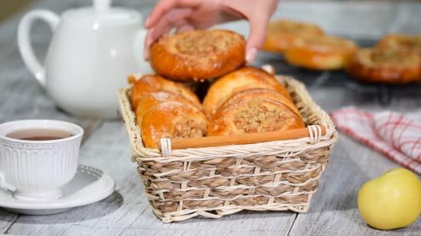 Vatrushka apple patty - tradiční ruské pečení.
