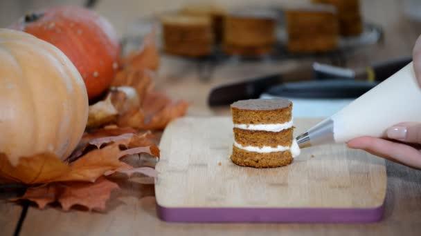 Cukrář, náplň mini dort se smetanou. Takže dýně mini koláče.