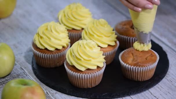 Zdobení cukroví s žlutou polevou. Vícebarevná koláčky pro děti narozeninovou oslavu.