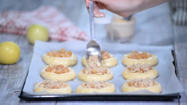 Výroba domácí otevřené placičky s jablky. Vatrushka, apple patty - tradiční ruské pečení.