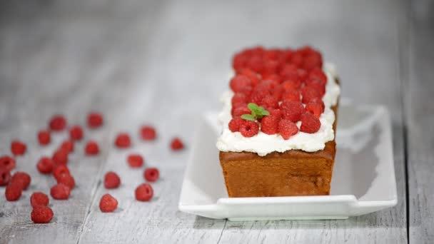Máslo vanilkový dort na snídani s glazurou a čerstvé jahody.