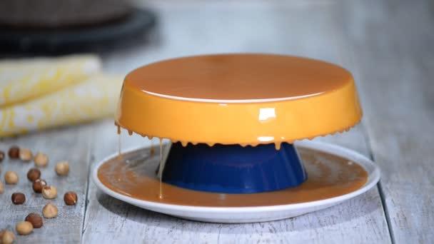 Mousse Torte mit Karamell Spiegel Glasur.