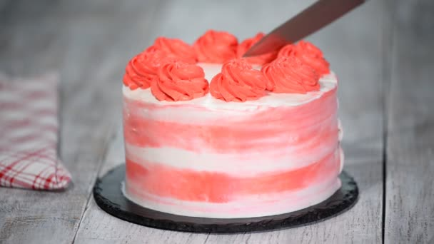 Barevný narozeninový dort. Ženská ruka škrty narozeninový dort