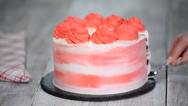 Darab színes születésnapi torta cseresznye töltelékkel.
