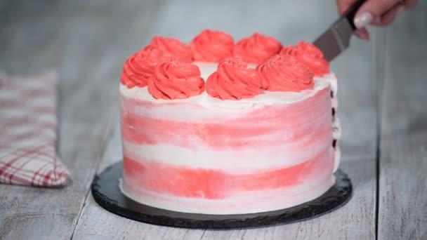 Színes születésnapi torta. Női kéz darabok születésnapi torta.