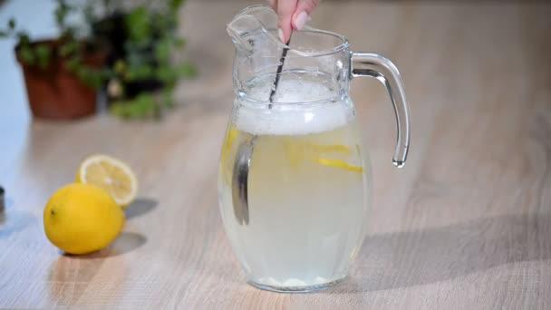 Kancsó nyári limonádé, citrom, menta.