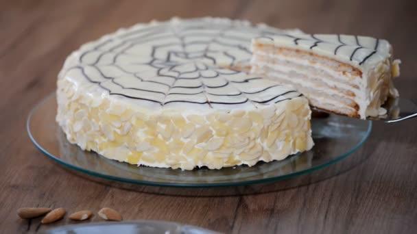 Traditionelle ungarische Esterhazy-Torte. Weibliche Hand schneiden Kuchen Esterhazy