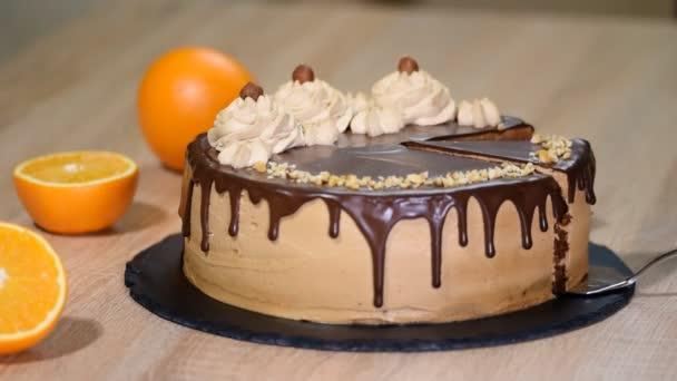 Čokoládový dort s lískovým oříškem. Část domácí koláče.