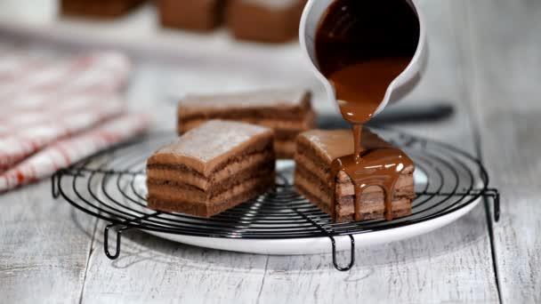 Csokoládé hab a tortán. Tejes csokoládé desszert házi ömlött. Közelkép a keksz torta díszítését. Öntet csokoládé desszert.