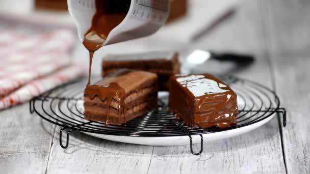 Čokoládová poleva na dort. Čokoládová poleva na domácí dezert. Zavřete sušenky dort dekorace. Poleva čokoládová dezert.