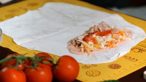 Takže shawarma nebo Döner kebab s kuřecím masem a zeleninou, obtékání v plochý chléb. Příprava knedlíčků shawarma.