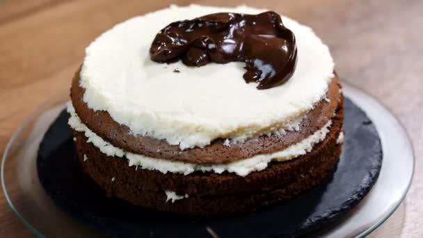 Čokoládová ganache třešničkou na dortu. Zblízka se pečivo domácí dezert dekorace. Ženské baker, zdobení a formování dort