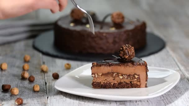 A francia mousse torta csokoládé mázzal darab. Modern európai sütemény tészta.