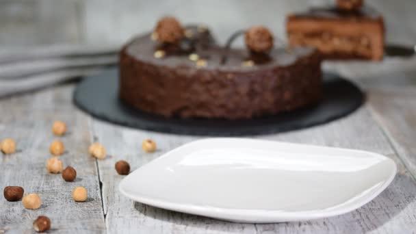 Kus dortu čokoládová pěna s lískovým oříškem.
