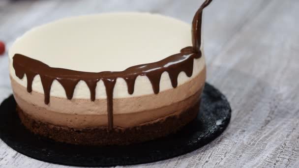 Trojitá Čokoládový mousse dort ozdobíme rozpuštěnou čokoládou.