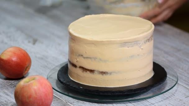 Cukrář, zdobení dort se smetanou. Koncepce domácí pečivo, vaření koláče