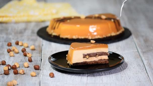 Darab házi készítésű karamell mousse torta