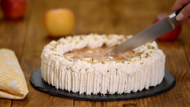 Řezací lahodný dort s jablky a šlehačkou krémovou náplní