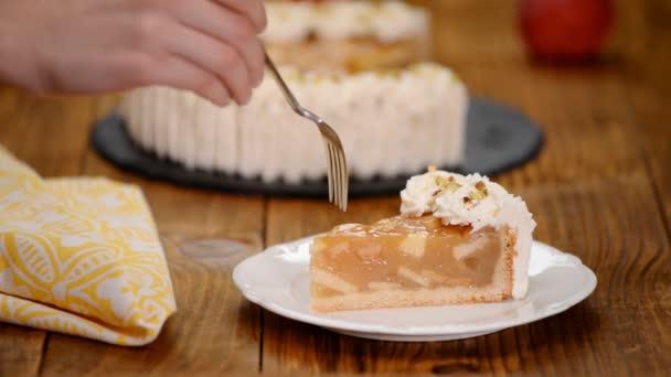 Finom almás sütemény, tejszín a tányéron