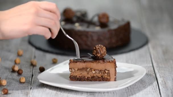 Stück Schokoladenmoussekuchen mit Haselnuss auf dem Teller.