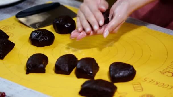Cukrářník, který dělá čokoládový koláč. Proces tvorby dortu.