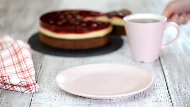 Közelíti meg a finom zselés cseresznye torta tányéron