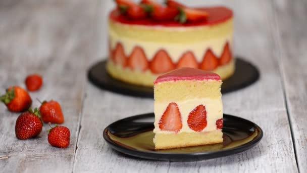 Kousek jahodového koláče. Jahodový dort Fraisier se vanilkovou smetanovou